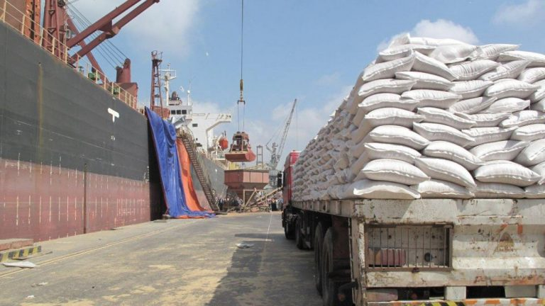 الحكومة تطالب الأمم المتحدة بحسم قضية موانئ الحديدة